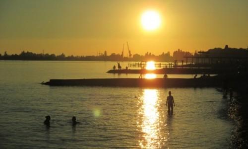 Zdjecie ABCHAZJA / Rejon Suchumi / Suchumi / Kapięl przy zachodzącym słońcu