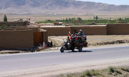 Zdjecie AFGANISTAN / Ghazni / okolice Ghazni / na przyczepkę