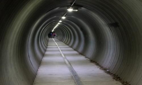 ALASKA / - / Whittier / Whittier tunel z portu do budynku będącego miastem