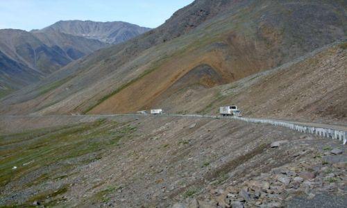 ALASKA / - / Alaska / Dalton Highway / trucki wspinaja sie na przelecz Atigun