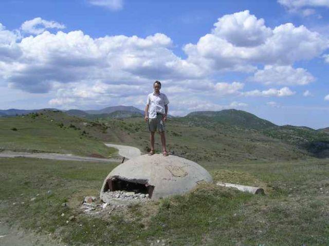Zdjęcia: droga do Gijrokaster, wszędobylskie bunkry, ALBANIA