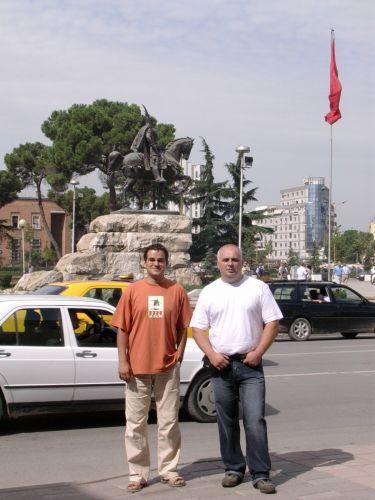 Zdjęcia: Tirana, Albania, Na tle pomnika Skadenberga- Tirana, ALBANIA