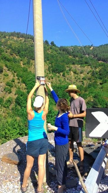 Zdjęcia: Lekbibaj, Malowanie oznaczeń na czerwonym szlaku., ALBANIA