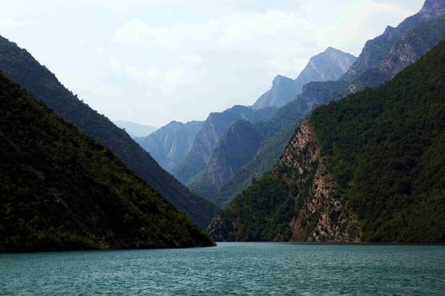 Zdjęcia: Jezioro Koman , Kukes, Zygzakowaty szlak wodny, ALBANIA