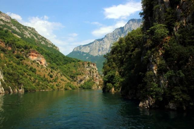 Zdjęcia: Jezioro Koman, Kukes, Kolejne odsłony krajobrazu, ALBANIA