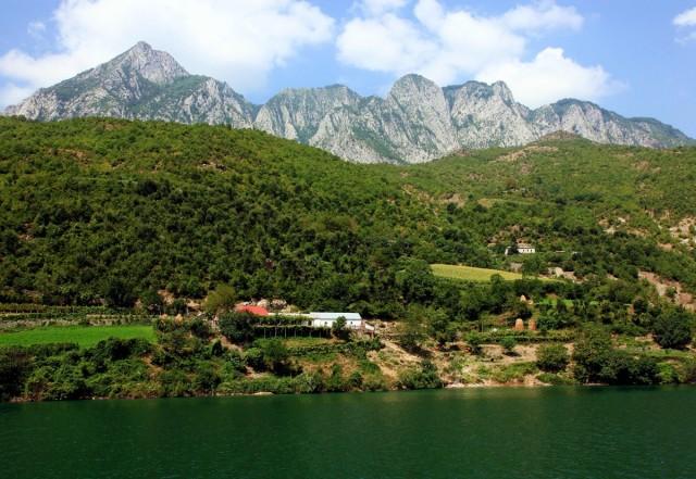 Zdjęcia: Jezioro Koman, Kukes, Lokalne domostwa, ALBANIA