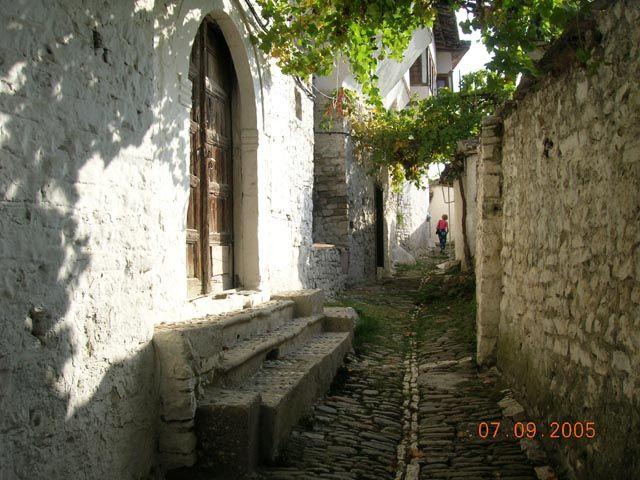 Zdjęcia: Berat, Albania, Uliczka w Mangalem, ALBANIA