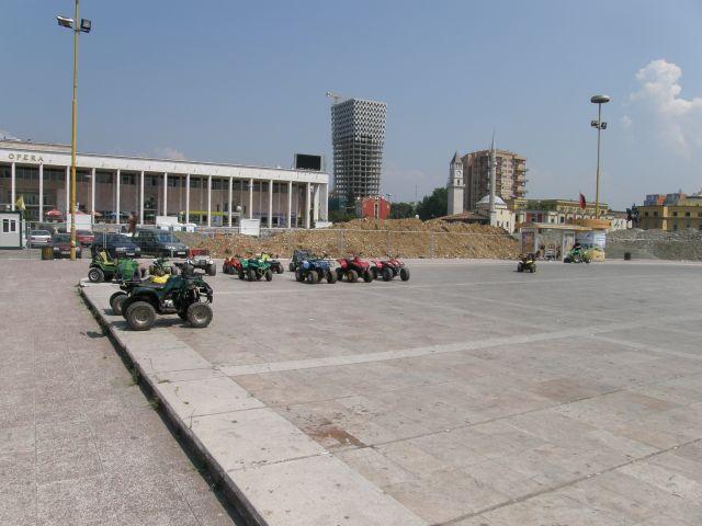 Zdjęcia: Tirana, Bałkany, Quadami po głównym placu stolicy, ALBANIA