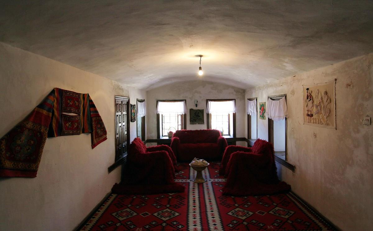 Zdjęcia: Gjirokastra, Saranda, Muzeum Etnograficzne, wnętrze tradycyjnego domu , ALBANIA