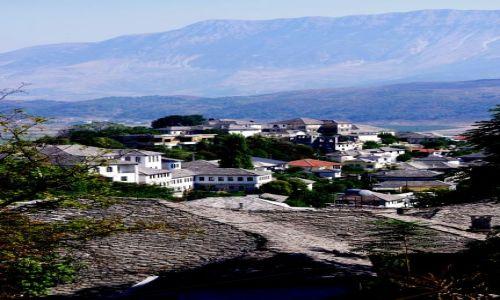 ALBANIA / po�udnie Albanii / Gjikoastra / Gjiokastra - widok na star�, kamienn� zabudow�