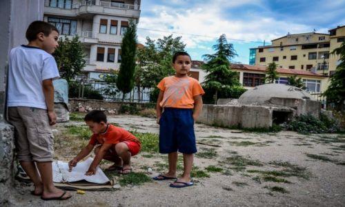 ALBANIA / Pogradec / -  / Dzieci bawiące się przy bunkrze