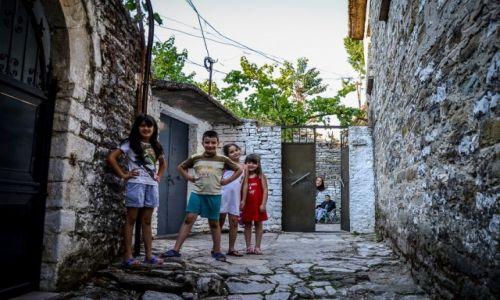 Zdjecie ALBANIA / Gjirokaster / Gjirokaster / Albańskie dzieciaki