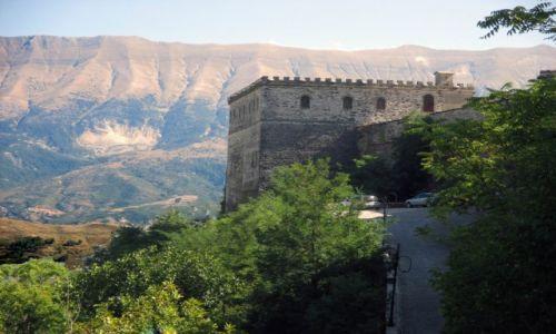 ALBANIA / Wschodnia część pasma Mali i Gjere / Gjirokater / Wtopiony w góry