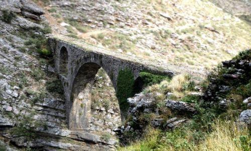 ALBANIA / Gjirokaster / Wzgórza na miastem / Mocarz