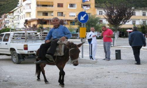ALBANIA / Gjirokastra / Permet / Nowoczesność i tradycja
