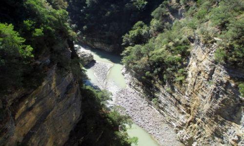 ALBANIA / Skrapar (Corovode) / Kanion rzeki Osum / Uff! Wysoko.