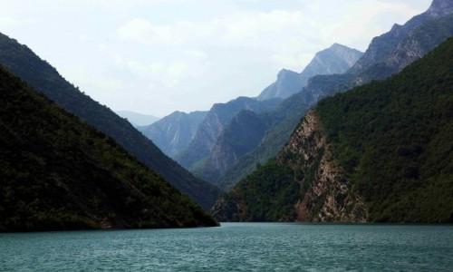Zdjęcie ALBANIA / Kukes / Jezioro Koman  / Zygzakowaty szlak wodny