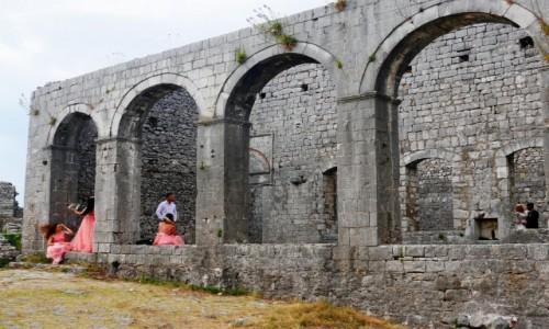 Zdjęcie ALBANIA / ... / ruiny kościoła św. Szczepana / Druhny w ruinach zamku Rozafata