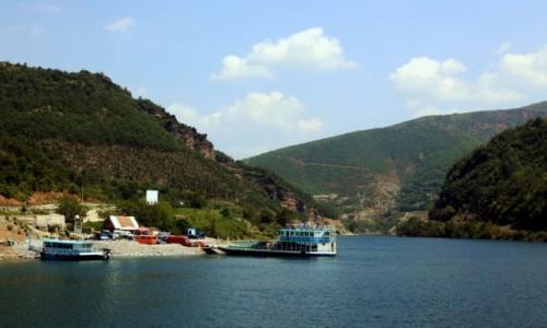 Zdjęcie ALBANIA / Kukes / Jezioro Koman  / Przystań w Fierze