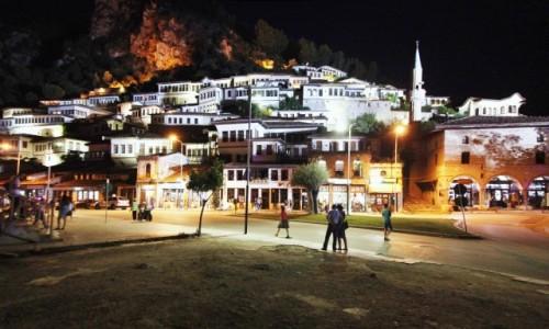 Zdjęcie ALBANIA / Berat / Rzeka Osum / Miasto tysiąca okien nocą