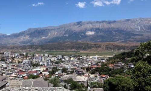 Zdjęcie ALBANIA / Saranda / Gjirokastra / Z kamiennych dachów na blokowiska