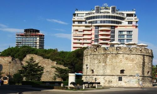 Zdjęcie ALBANIA / Wybrzeże Adriatyku / Durres  / Stare w cieniu nowego