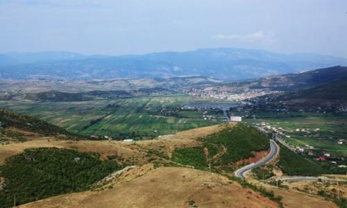 Zdjęcie ALBANIA / Durres  / W drodze / Żyzne pola wśród malowniczych wzgórz