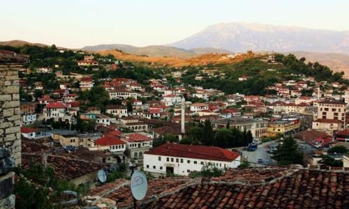 Zdjęcie ALBANIA / Berat / Ze stoku wzgórza zamkowego / Panorama miasta