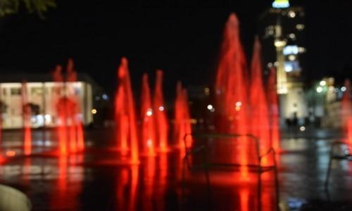 Zdjecie ALBANIA / Stolica / Tirana / Woda i światło