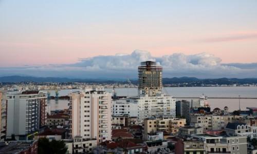 Zdjecie ALBANIA / Durres / Durres / Miasto i chmury
