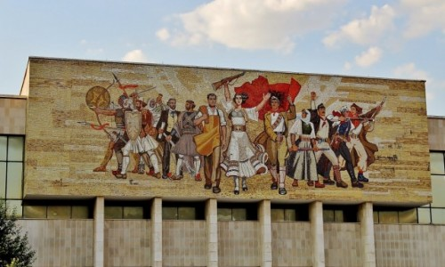 Zdjecie ALBANIA / Tirana / Tirana / Mozaika na frontonie Narodowego Muzeum Historycznego