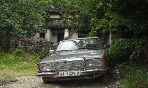 Zdjęcie ALBANIA / - / Gjirokastёr - stare miasto / Lans po albańsku