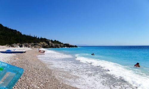 ALBANIA / Bałkany / riwiera albańska / plaża a w głębi Korfu