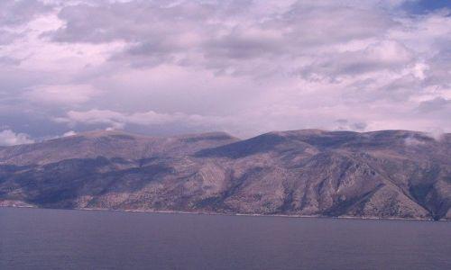 Zdjęcie ALBANIA / Morze Śródziemne /  w drodze do Grecji / góry z morza