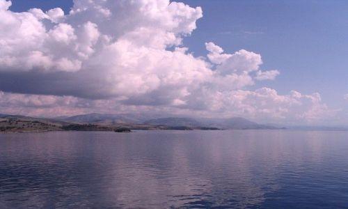 ALBANIA / Morze Śródziemne / wybrzeża Albanii / ziemia i chmury z morza
