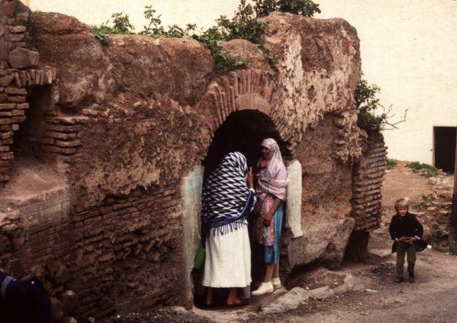 Zdjęcia: Tlemcen, Algieria zachodnia, baby przy studni, ALGIERIA