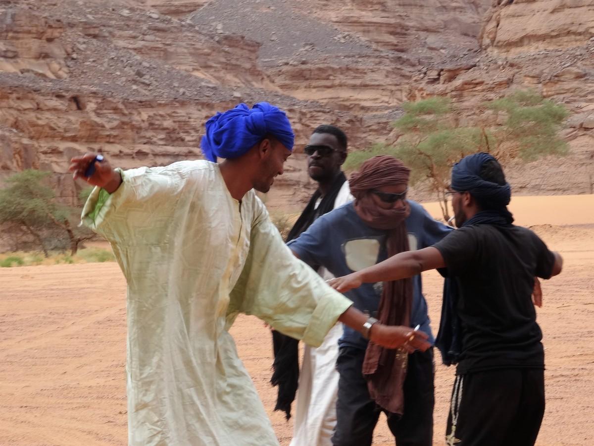 Zdjęcia: Gdzieś po drodze, Sahara, 9 dni w 7 niebie: Wystarczyło trochę muzyki z radia, a Tuaregowie już podrywali się do tańca, ALGIERIA