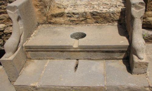 ALGIERIA / - / Timgad / Najpierw niewolnicy nagrzewali sedes ...