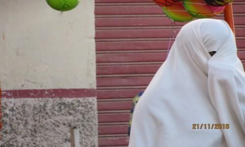 Zdjęcie ALGIERIA / Algieria / Algieria / Zakrycie zupełne. Pozostaje tylko mały trójkąt na jedno oko.