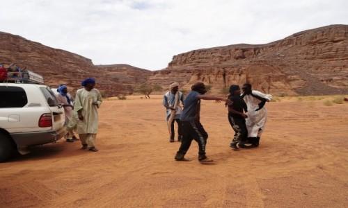 Zdjecie ALGIERIA / Sahara / Gdzieś po drodze / 9 dni w 7 niebie: Wystarczyło trochę muzyki z radia, a Tuaregowie już podrywali się do tańca