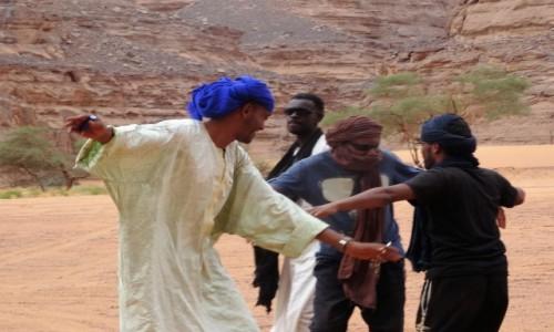 ALGIERIA / Sahara / Gdzieś po drodze / 9 dni w 7 niebie: Wystarczyło trochę muzyki z radia, a Tuaregowie już podrywali się do tańca