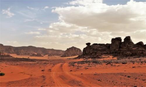 Zdjecie ALGIERIA / Sahara / Tadrart / 9 dni w 7 niebie: Krajobraz czerwono-czarny