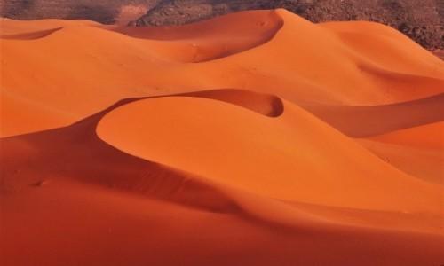 Zdjecie ALGIERIA / Tin Merzouga / Morze piasku / Cudnie tu zasypiać pod gwiazdami i budzić się z pierwszymi promieniami słońca
