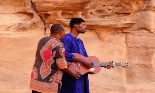 Zdjecie ALGIERIA / Sahara / Tadrart / 9  dni w  siódmym niebie- kto powiedział, że na gitarze nie można grać w duecie?