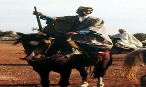 Zdjecie ALGIERIA / wschód / okolice Annaby / jeżdziec ze strzelbą