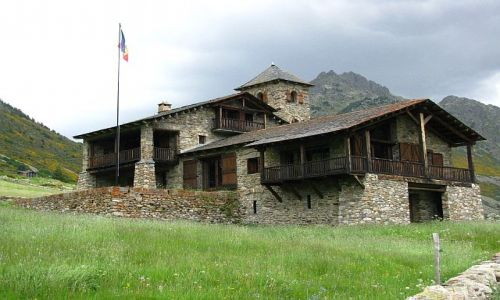 Zdjecie ANDORA / Pireneje / dolina d'Incles / górska zabudowa