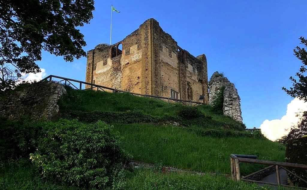 Zdjęcia: Guilford, Hrabstwo surrey, Zamek od południa, ANGLIA