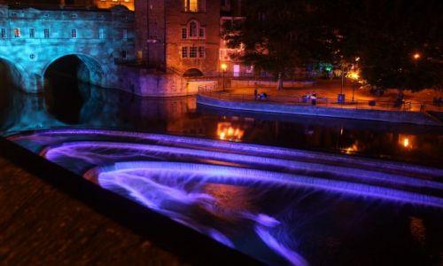 Zdjecie ANGLIA / bath somerset / rzeka Avon w centru miasta / konkurs wodne kaskady noca