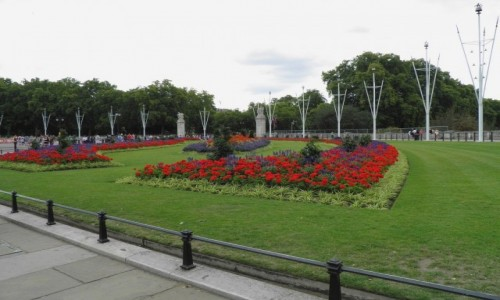 Zdjęcie ANGLIA / Wielki Londyn / Londyn / Klomby przed pałacem  królewskim Buckingham.