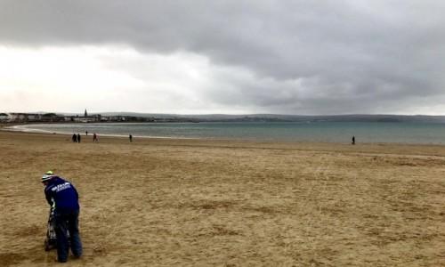 Zdjecie ANGLIA / Dystrykt Weymouth / Portland / Spacer plażą, w pochmurny dzień.